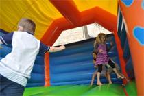 Enfants dans le château gonflable